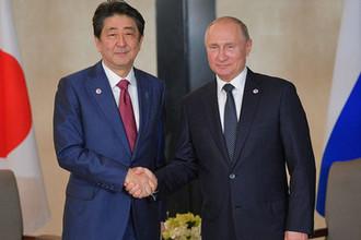 Президент России Владимир Путин и премьер-министр Японии Синдзо Абэ во время встречи в Сингапуре, 14 ноября 2018 года