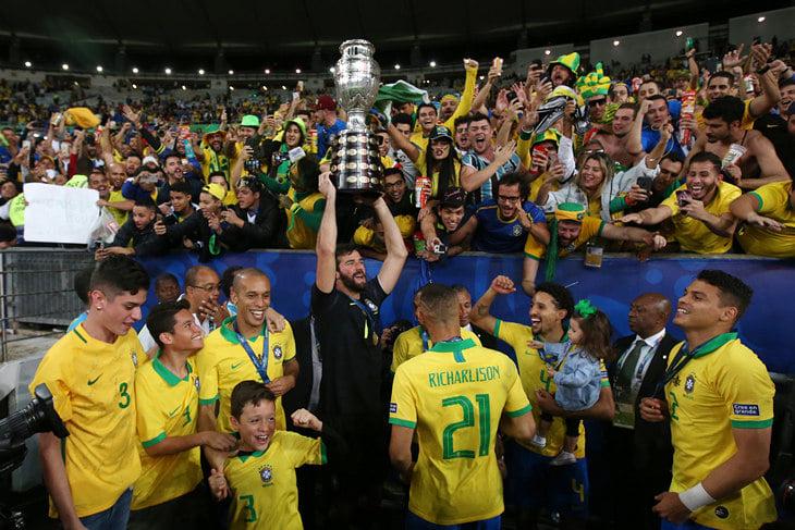 Сборная Бразилии празднует победу на Кубке Америки