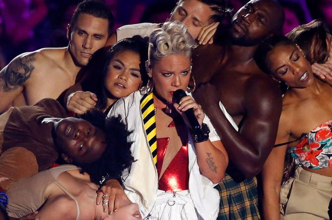 Пинк выступает на MTV Video Music Awards 2017
