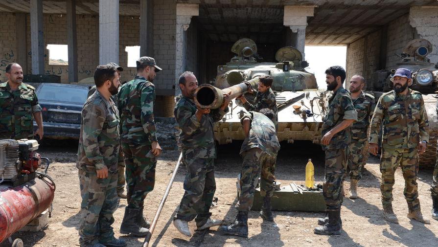 Одна из операций по обслуживанию танковой пушки близится к концу.