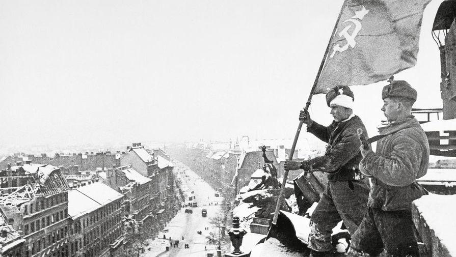Старший сержант В. Костылев и младший лейтенант А. Пермяков устанавливают советский флаг над Будапештом