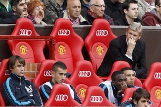 Арсен Венгер на скамейке в первом матче «Арсенала» с МЮ