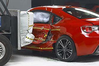 При боковом ударе водитель Subaru BRZ может получить травмы торса