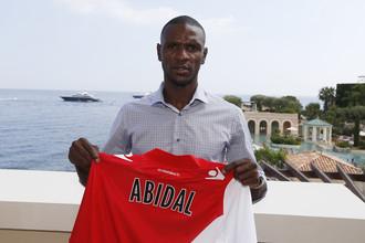 Эрик Абидаль демонстрирует футболку «Монако»