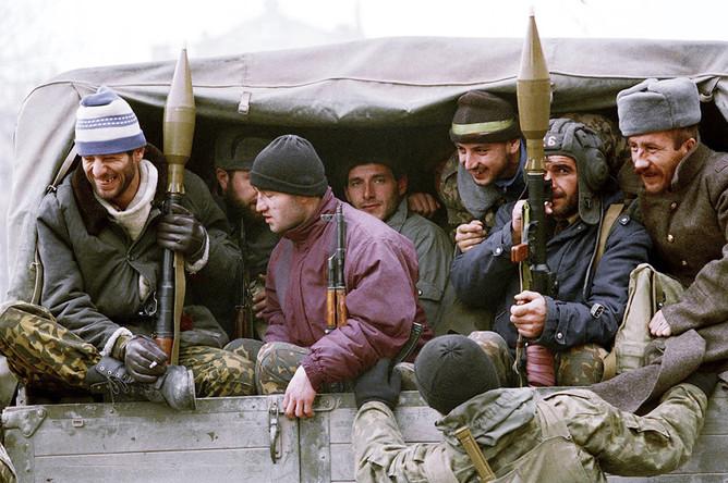 Чеченские боевики, вооруженные гранатометами, перед отправлением в зону боевых действий, 13 декабря 1994 года