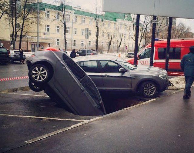 Попал на авто в большую яму