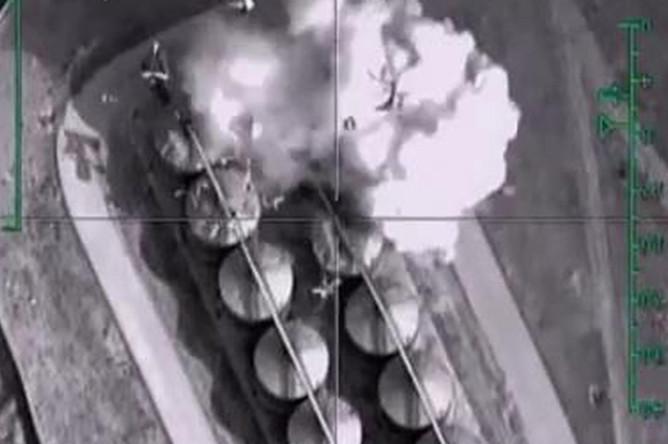 Нанесение авиаудара самолетами Воздушно-космических сил России по подконтрольному террористами ИГ (организация запрещена на территории РФ) нефтехранилищу