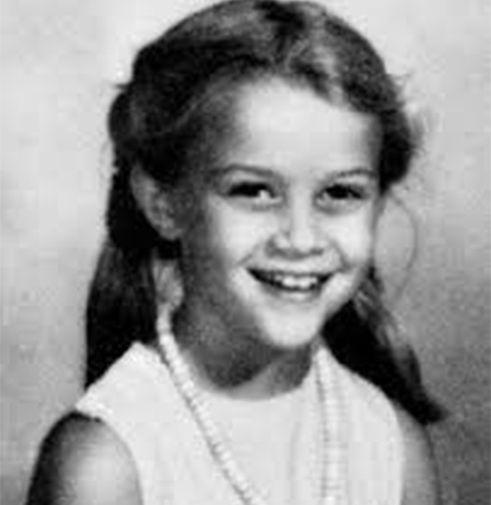 Риз Уизерспун родилась в Луизиане, в семье военного. После ее рождения, семья переехала в Висбаден, где ее отец проходил службу. В семь лет она попробовала себя в качестве актрисы на съемках рекламы, после чего начала посещать курсы исполнительского мастерства.