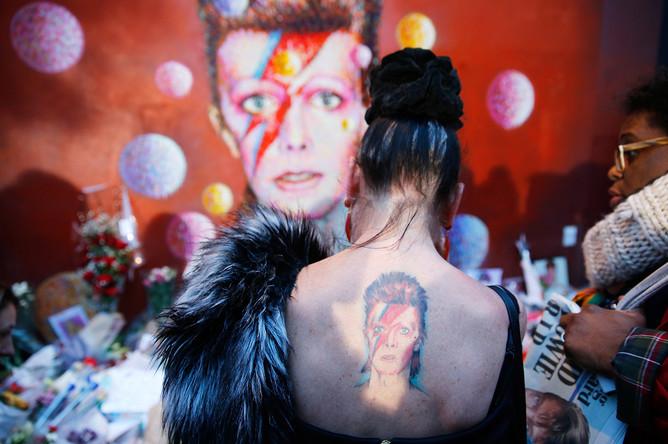 Женщина с татуировкой Зигги Стардаста во время посещения выставки Дэвида Боуи в Брикстоне