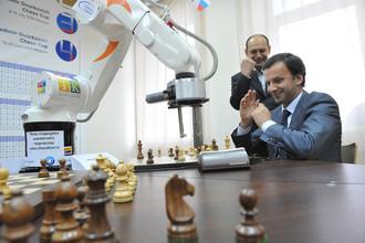 Помощник президента РФ, глава Наблюдательного совета Российской шахматной федерации Аркадий Дворкович во время шахматного матча с роботом, который представил Россию на 1-м чемпионате мира по шахматам среди роботов, 2009 год