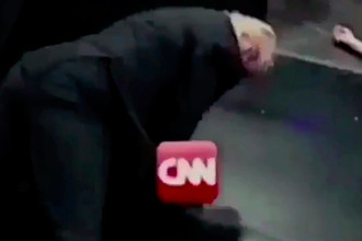 Кадр из смонтированное видео, размещенного Дональдом Трампом на своей странице в Twitter, в котором он избивает человека с логотипом CNN на месте лица