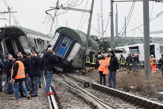 Экстренные службы на месте схода пассажирского состава с рельсов под Миланом, 25 января 2018 года
