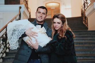 Александр Кержаков с сыном и супругой Миланой
