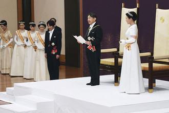 Император Нарухито и императрица Масако во время торжественной церемонии во дворце в Токио, 1 мая 2019 года