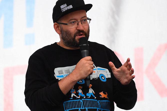 Журналист Илья Азар выступает на митинге в поддержку незарегистрированных кандидатов в Мосгордуму на проспекте Академика Сахарова в Москве