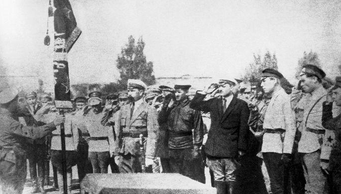 Вручение Красного знамени Реввоенсовета республики одной из отличившихся частей за успешную борьбу против Врангеля