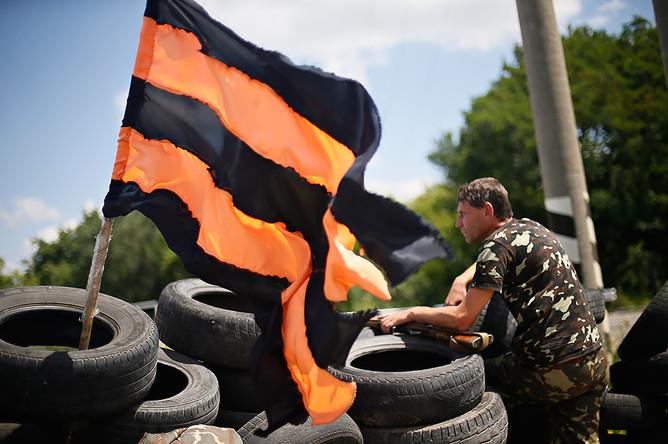 Народный ополченец на блокпосту «Ясинуватский» при въезде в Донецк
