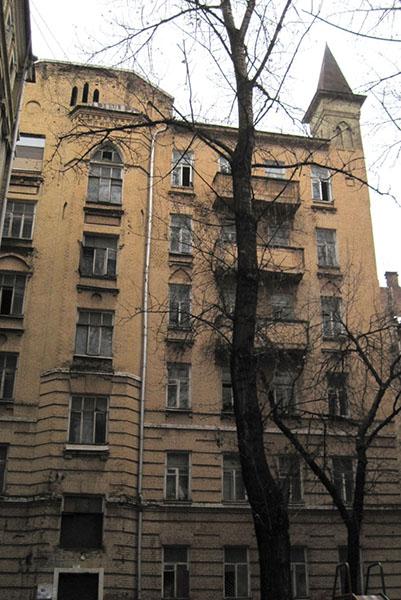 Шестиэтажный корпус во дворе (строение № 2) также авторства Нирнзее- образец романтизма в доходном строительстве. Источник: Архнадзор