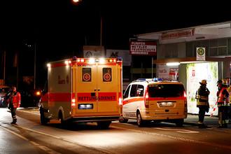 Сотрудники полиции и медики около железнодорожной станции в окрестностях города Вюрцбург в Германии