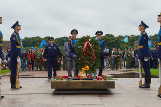 Возложение цветов к Вечному огню на Марсовом поле в Санкт-Петербурге в День Воздушно-десантных войск