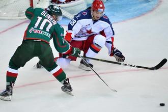 Игрок «Ак Барса» Антон Глинкин (слева) и игрок ЦСКА Михаил Науменков