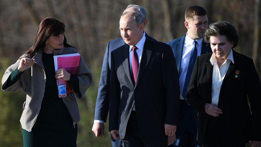 Президент России Владимир Путин во время посещения музейного комплекса «Парк покорителей космоса» на месте приземления Ю.А.Гагарина в Саратовской области, 12 апреля 2021 года