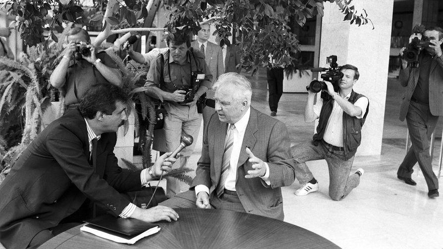Егор Кузьмич Лигачев дает интервью корреспонденту АПН С. Д. Ползикову