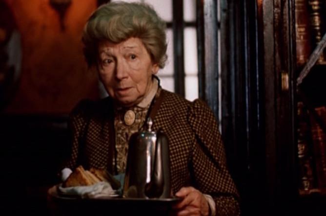 1979 год. Рина Зеленая в роли миссис Хадсон. Кадр из фильма «Приключения Шерлока Холмса и доктора Ватсона»