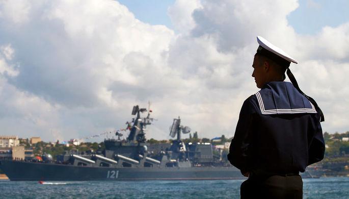 Президент РФ Владимир Путин во время общения с сотрудниками судостроительного завода «Залив» на церемонии закладки боевых кораблей для Военно-морского флота РФ в Керчи, 20 июля 2020 года