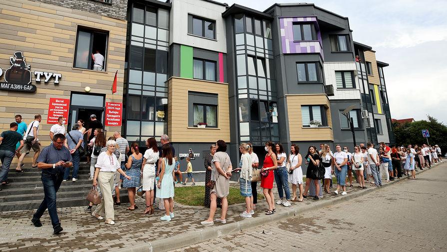 Местные жители в очереди на избирательный участок в деревне Боровляны в основной день выборов президента Белоруссии, 9 августа 2020 года