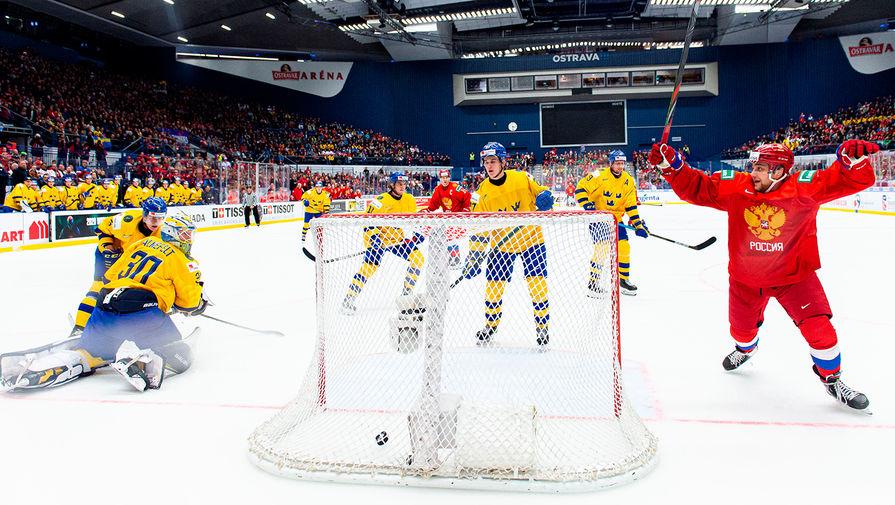 Во время матча 1/2 финала молодежного чемпионата мира по хоккею U20 между сборными командами Швеции и России в чешской Остраве, 4 января 2020 года