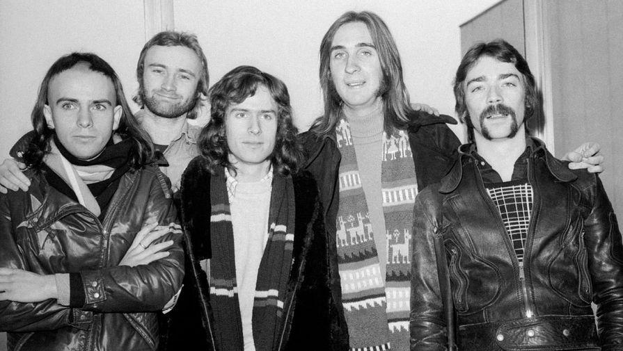 Музыкант попал в группу Genesis в 1970 году, откликнувшись на объявление в музыкальном журнале. Первые пять лет он просидел за ударной установкой и был бэк-вокалистом. После ухода солиста Питера Гэбриела группа организовала кастинг и прослушала более 400 вокалистов, но остановила свой выбор на Коллинзе. Его вокальным дебютом стала песня «For Absent Friends». На фото: группа Genesis во время турне по США, 1974 год