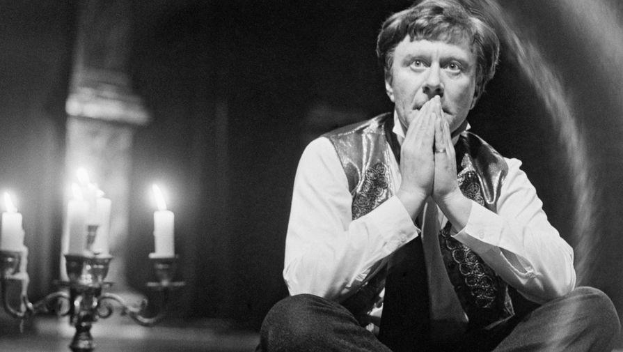Роли Андрея Миронова в кино стали золотой классикой советского комедийного кинематографа. Он играл в театре, озвучивал мультфильмы, но квинтэссенцией всех его работ стала роль Фигаро в спектакле Московского театра Сатиры «Безумный день, или Женитьба Фигаро»