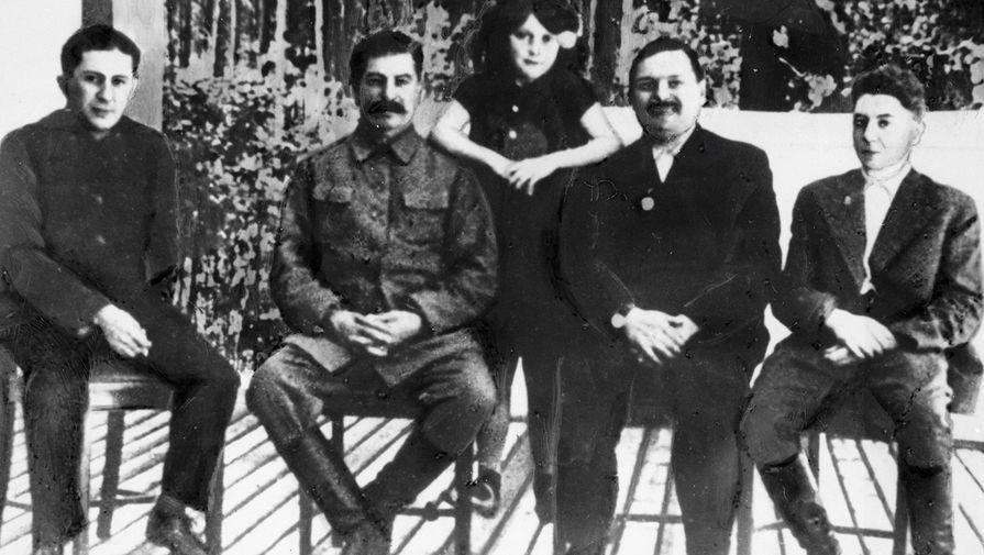 Генеральный секретарь ЦК ВКП Иосиф Сталин (второй справа) с детьми Василием (слева), Светланой (стоит) и Яковом (справа), второй справа- Андрей Жданов, 1938 год