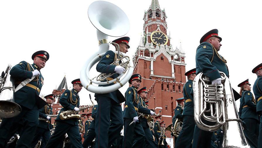 Военнослужащие парадных расчетов перед началом парада, посвященного 76-й годовщине Победы в Великой Отечественной войне, 9 мая 2021 года