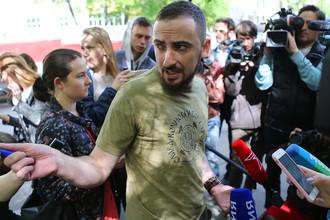 Православный активист Дмитрий Цорионов (Энтео) у «Гоголь-центра» во время обысков, 23 мая 2017 года