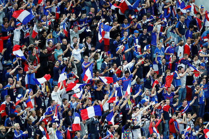 Фанаты французской сборной после победы команды в полуфинальном матче ЧМ-2018 по футболу между сборными Франции и Бельгии в Санкт-Петербурге, 10 июля 2018 года