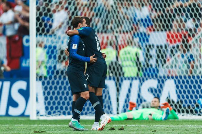 Игроки сборной Франции радуются забитому голу во время финального матча чемпионата мира со сборной Хорватии, 15 июля 2018 года