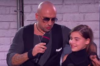 Телеведущий проекта «Голос. Дети» Дмитрий Нагиев и дочь Алсу Микелла Абрамова (кадр из видео)