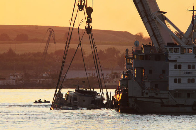 Транспортировка затонувшего теплохода «Булгария» на мелководье в Кирельский затон, июль 2011 года