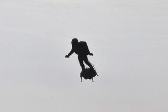 Полет на доске: создатель ховерборда пересек Ла-Манш