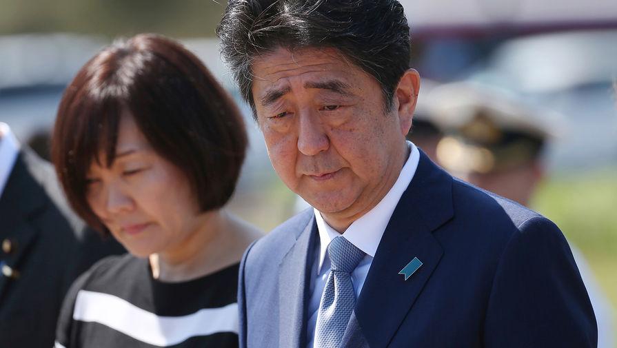 Жену премьер-министра Японии раскритиковали за поход в храм во время пандемии
