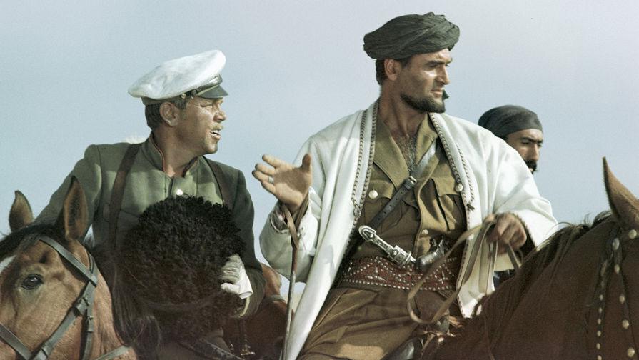 Владимир Кадочников в роли подпоручика Семена и Кахи Кавсадзе в роли Абдуллы (справа) в фильме «Белое солнце пустыни», 1969 год