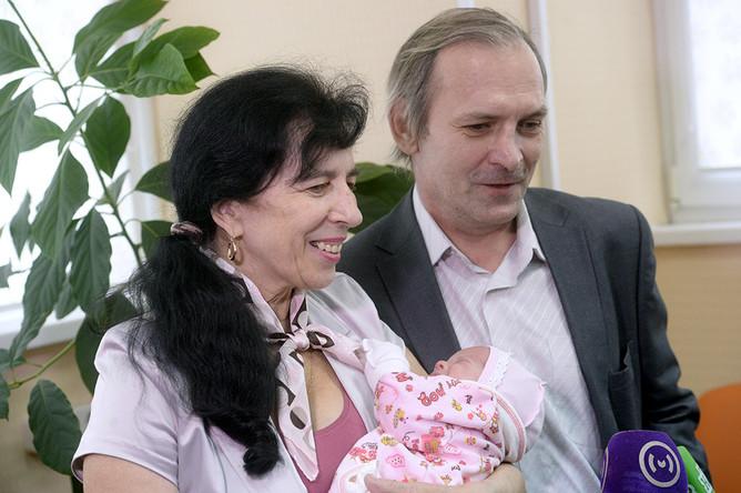 Москвичка Галина с мужем общаются с журналистами в родильном доме ГКБ №15 в Москве