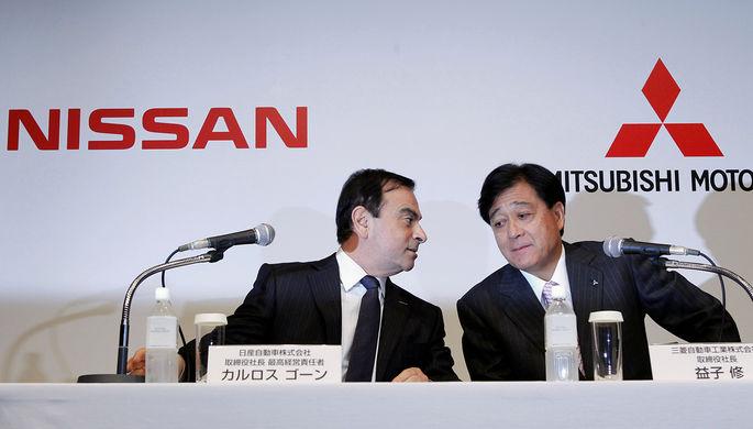 Исполнительный директор Nissan и Renault Карлос Гон (слева) и председатель совета директоров Mitsubishi Motors Осаму Масуко