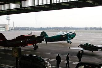 Самолеты Ан-2 и Beechcraft 33 в ангаре аэропорта Берлин-Темпельхоф спустя месяц после закрытия, ноябрь 2008 года