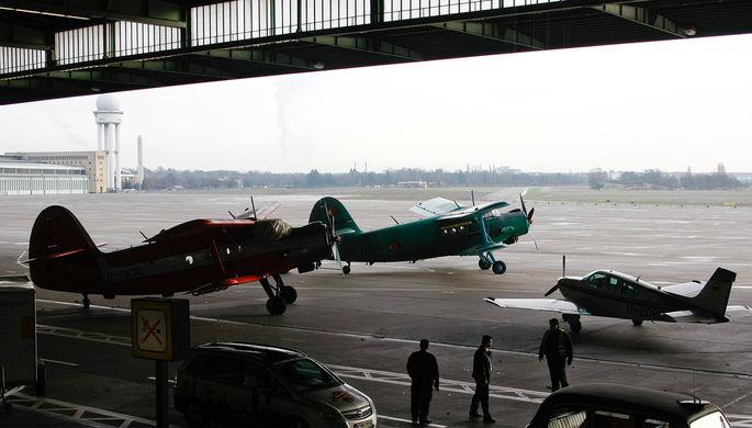 Самолеты Ан-2 и Beechcraft 33 в ангаре аэропорта Берлин-Темпельхоф спустя месяц после закрытия...