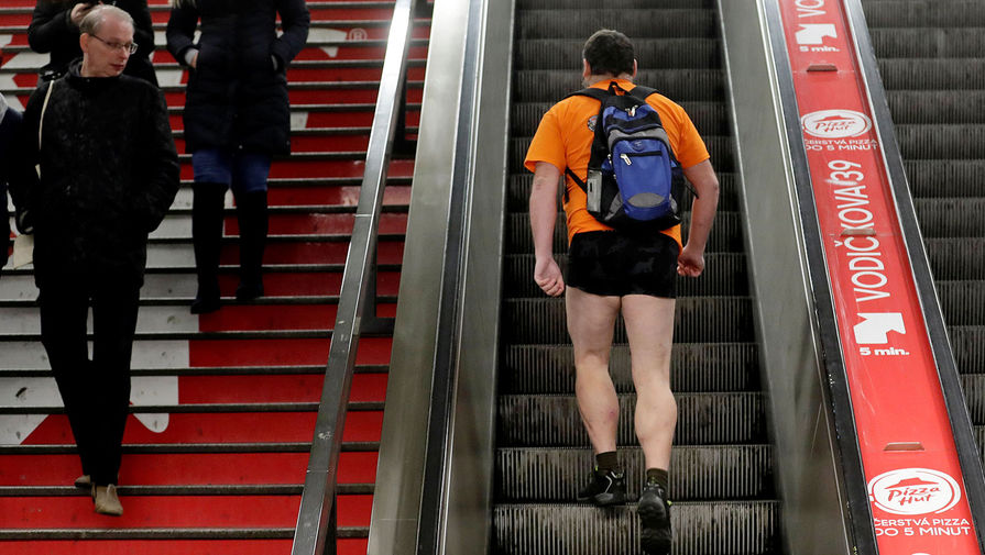 Участник акции No Pants Subway Ride в Праге