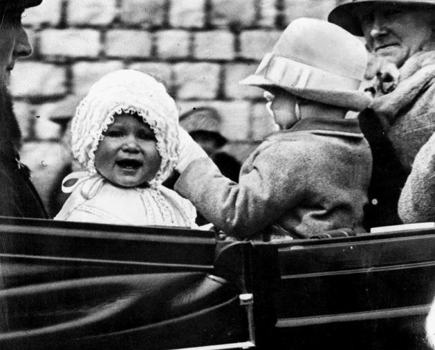Когда принцесса Елизавета в 1926 году появилась на свет, никто не ожидал, что ей суждено занять британский трон, поскольку он должен был перейти к ее дяде принцу Эдварду, который должен был жениться и обзавестись наследниками. Однако в 1936 году тот, пробыв после смерти своего отца Георга V королем меньше года, отрекся от престола ради любви к разведенной американке. На фото принцесса Елизавета во время прогулки по территории Виндзорского замка в 1927 году.
