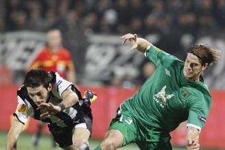 Кристиан Ансальди лишает мяча Гиоргоса Георгиадиса